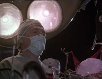 Doktor na sále nad otevřeným mozkem