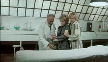 Hodný pan doktor a jeho dcera pomáhají vězenkyním