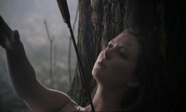 Kde se v lese bere nahá a zraněná dívka?